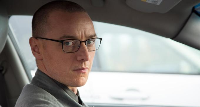 "Dans ""Split"", M. Night Shyamalan nous plonge dans les méandres des personnalités multiples. James McAvoy incarne le perturbé Kévin, bientôt auteur d'un kidnapping... © Universal Pictures International France"