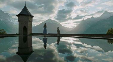 Dans un mystérieux centre de bien-être en Suisse, Lockhart (Dans DeHaan) fait la connaissance de Hannah (Mia Goth) © Twentieth Century Fox France
