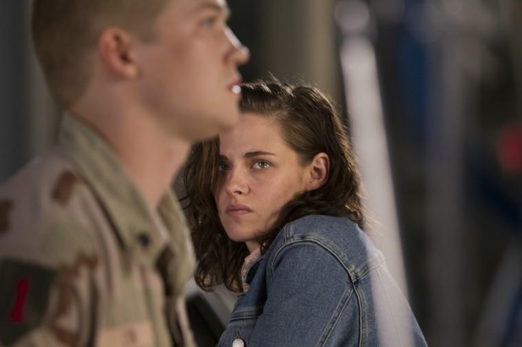 Kathryn (Kristen Stewart) tente désespérément de retenir son frère, prêt à repartir au front.