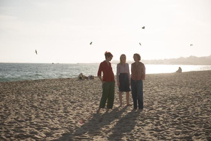 Trois femmes : Dorothea (Annette Bening), Abbie (Greta Gerwig) et Julie (Elle Fanning) vont élever ensemble le jeune Jamie (Lucas Jade Zumann) © Mars Films
