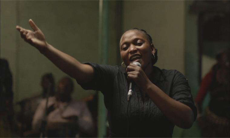 Accompagnée chaque soir par le collectif congolais Kasai Allstars, Félicité (Véro Tshanda Beya) libère sa voix puissante dans un bar de Kinshasa. © Jour2fête