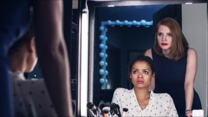 """Dans """"Miss Sloane""""de John Madden, Esmé (Gugu Mbatha-Raw) va découvrir les facettes les plus sombres de sa collaboratrice Elisabeth Sloane (Jessica Chastain). © Kerry Hayes /Europacorp/France 2 cinéma 2016."""