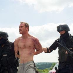 Michael Fassbender est Chad Cutler dans le nouveau film de Adam Smith : A ceux qui nous ont offensés © The Jokers / Le Pacte