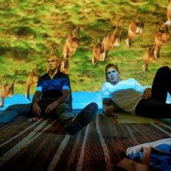 Retrouvailles entre Mark (Ewan McGregor) et Simon, alias Sick Boy (Jonny Lee Miller) dans T2 Trainspotting de Danny Boyle © Sony Pictures Releasing France