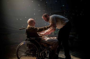 Logan face à une violente crise du professeur Xavier (Patrick Stewart) © Twentieth Century Fox France