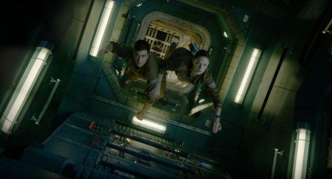 Les docteurs Miranda North (Rebecca Ferguson) et David Jordan (Jake Gyllenhaal) tentent d'échapper à l'alien dans Life de Daniel Espinosa © 2017 Sony Pictures Releasing GmbH