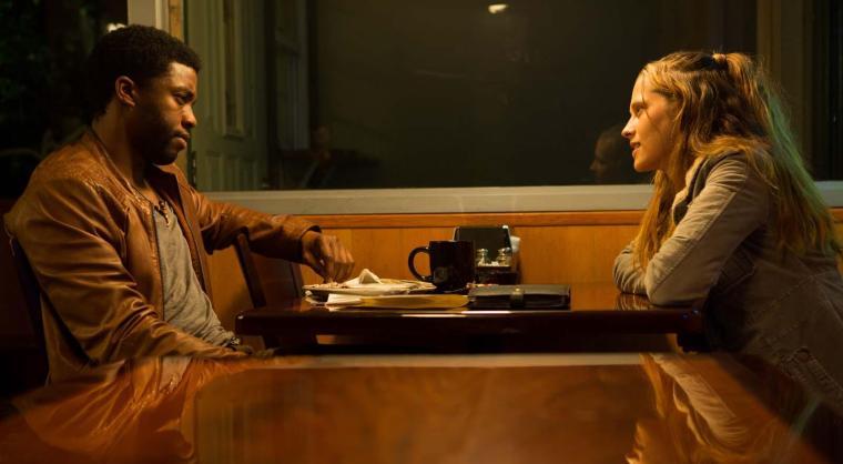 Jacob King (Chadwick Boseman) va faire la rencontre de la douce et courageuse Kelly (Teresa Palmer), une mère célibataire consumée par la misère sociale. © The Jokers / Les Bookmakers