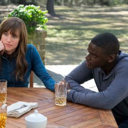 Jeunes et amoureux, Chris (Daniel Kaluuya) et Rose (Allison Williams) forment un couple mixte heureux. Mais pour combien de temps encore ? © Universal Pictures International France