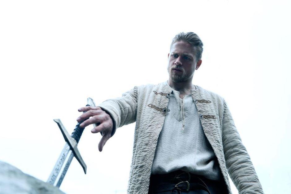 Charlie Hunnam réinvente le personnage du roi Arthur et de la légende d'Excalibur dans le film de Guy Ritchie © Warner Bros
