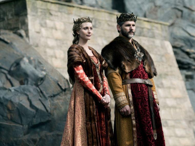 Eric Bana incarne Uther Pendragon, père d'Arthur et roi d'Angleterre, aux côtés de sa femme Igraine (Poppy Delevingne) © Warner Bros