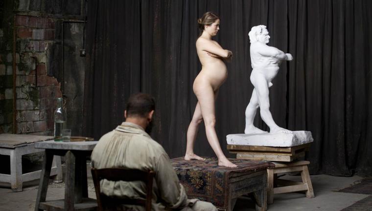 Peinant à restituer la silhouette Balzac, Rodin (Vincent Lindin) fait appel à une femme enceinte et nue. Une légende selon les historiens, un fantasme selon Jacques Doillon. © Shanna Besson / Les Films du Lendemain