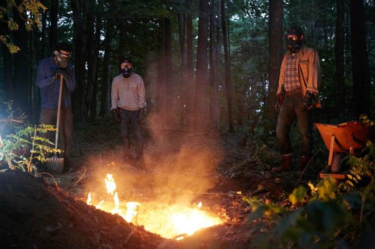 """Pour endiguer toute contamination, les personnages d' """"It Comes At Night"""" n'ont pas d'autres choix que de brûler les corps infectés. © Mars Films"""
