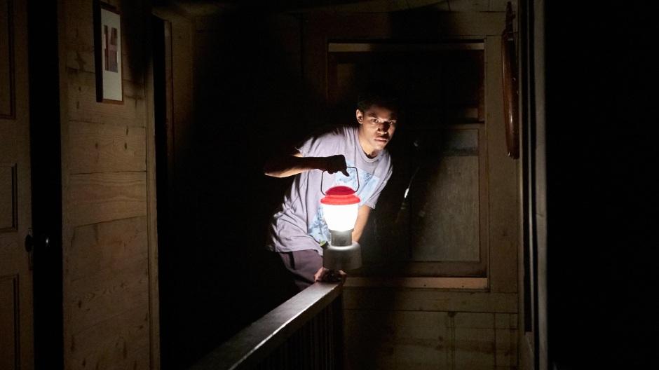 Un soir, le jeune Travis (Kelvin Harrison Jr.) est réveillé par un intrus, laissant craindre une possible contamination. © Mars Films