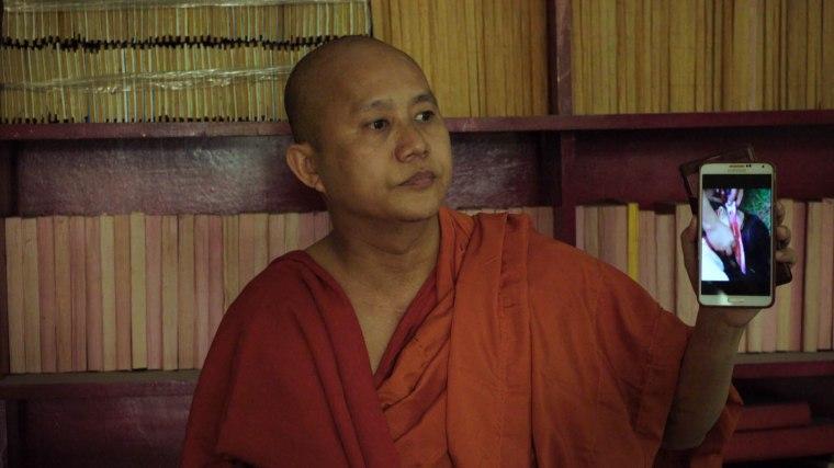 Sous la caméra de Schroeder, Wirathu montre un film de propagande visant à dénoncer les violences commises par les musulmans en Birmanie. © les Films du Losange