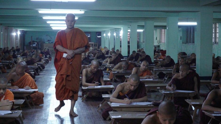 """Wirathu prodigue ses enseignements extrémistes à ses disciples moines dans """"Le Vénérable W."""" réalisé par Barbet Schroeder. © les Films du Losange"""