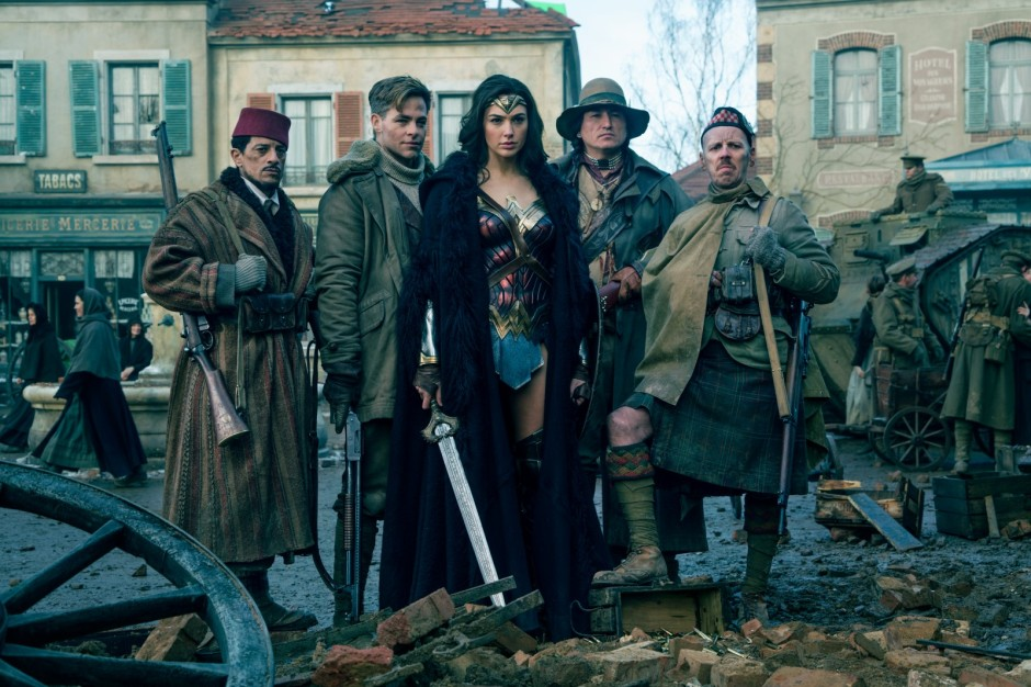 Wonder Woman (Gal Gadot) en compagnie de sa fidèle équipe. © Copyright 2017 WARNER BROS. ENTERTAINMENT INC. AND RATPAC ENTERTAINMENT, LLC / Clay Enos/ TM & (c) DC Comics