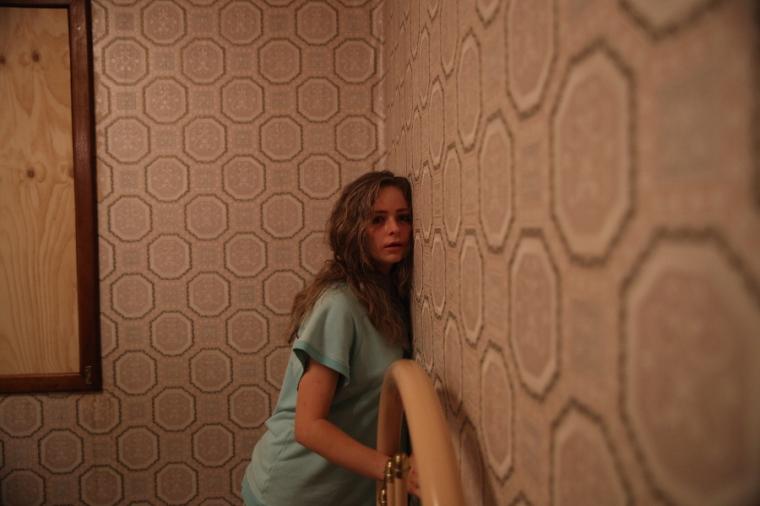 Pour survivre, Vicki (Ashleigh Cummings) va tenter d'exploiter les failles de ses bourreaux.  © UFO Distribution