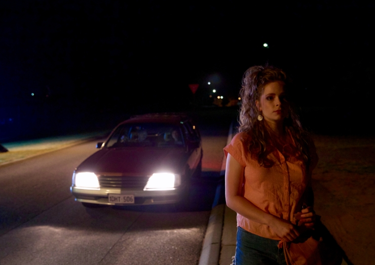 Alors qu'elle se rend à une soirée, la jeune Vicki (Ashleigh Cummings) va se faire accoster par Evelyn et John. Le cauchemar commence... © UFO Distribution
