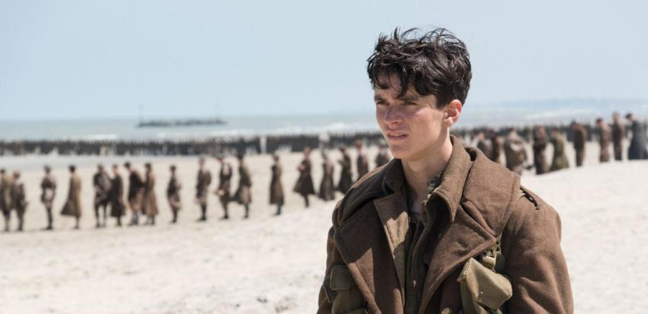 "Fionn Whitehead incarne le jeune Tommy dans l'ambitieux ""Dunkerque"" de Christopher Nolan. © Copyright 2017 Warner Bros. Entertainment-Inc.-All rights reserved"
