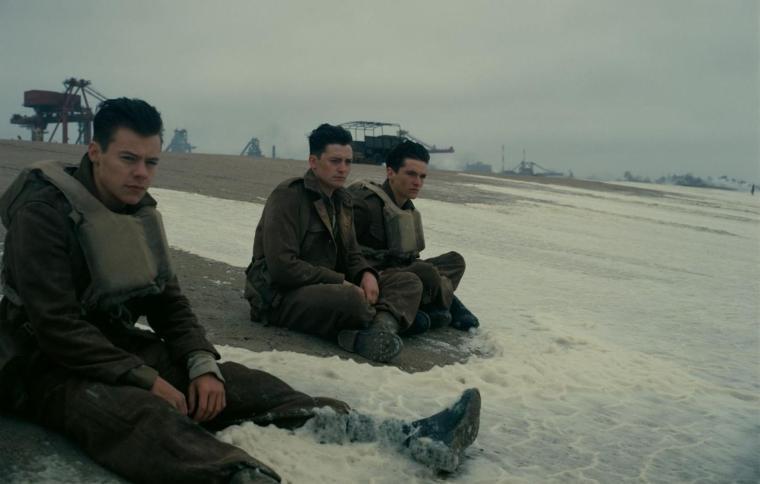 Pris en étau sur la plage de Dunkerque, Tommy (Fionn Whitehead), Alex (Harry Styles) et Gibson (Aneurin Barnard) attendent désespérément d'être sauvés par la flotte britannique. © Copyright 2017 Warner Bros. Entertainment-Inc.-All rights reserved