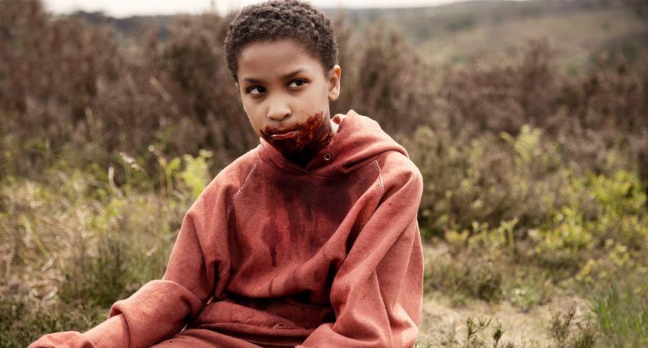 """Pour son premier rôle sur grand écran, la jeune Sennia Nanua incarne Mélanie, hybride mi humain mi zombie dans """"The Last Girl - Celle qui a tous les dons"""". © Aimee Spinks - Gift Girl Limited / The British Film Institute 2016"""