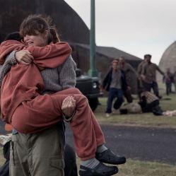 Bien que considérée comme dangereuse, Mélanie (Sennia Nanua) pourra compter sur l'affection et l'aide de sa professeure Helen Justineau (Gemma Aterton). © Aimee Spinks - Gift Girl Limited / The British Film Institute 2016