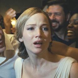 """Dans """"Mother !"""" Darren Aronofsky filme un couple (Jennifer Lawrence et Javier Bardem) bientôt en proie à la folie et la furie. © Protozoa Pictures"""